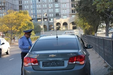 В Актау дорожные полицейские выявляют нарушителей, управляющих автомашинами без госзнаков