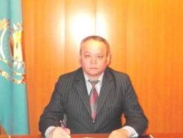 Сельский аким избил женщину за фотографию упавшего билборда с Назарбаевым