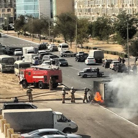 На дороге между 12 и 13 микрорайонами Актау загорелся автомобиль (ВИДЕО)