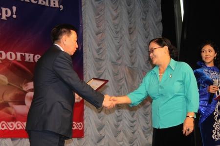 Аким Мангистауской области вручил ветеранам сферы образования путевки в санаторий