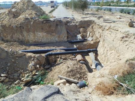 Раскопали яму на тротуаре и забросили