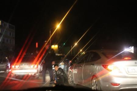 В Актау в автомобиль, пропускавший пешехода, врезались две другие автомашины