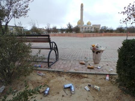 Сквер около мечети в Актау облюбовали пьяницы