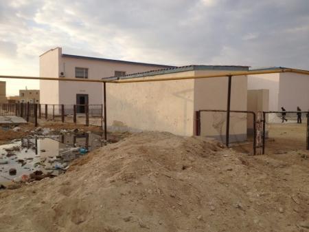 Задний двор в школе поселка Курык...