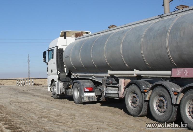 На трассе Актау — Жанаозен опрокинулся бензовоз с соляркой