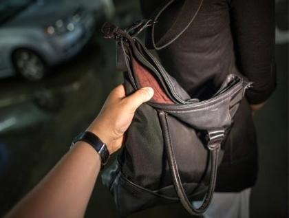 В Актау злоумышленники избили и ограбили двух девушек