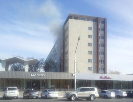 В Актау идет дым от одного из зданий «Трех богатырей»