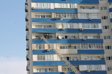 В Актау сотрудники дорожно-патрульной службы потушили пожар в одной из квартир 5 микрорайона