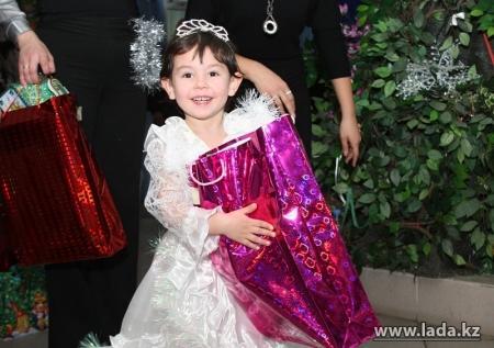 Благотворительный фонд Адал призывает актаусцев помочь в организации Нового года для детей из малообеспеченных семей