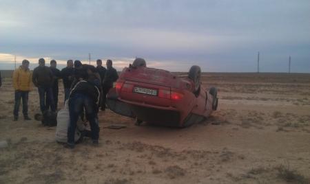 На 71 километре трассы Актау - Жетыбай перевернулся автомобиль