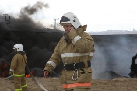 При возгорании цистерн с нефтью возле Актау погиб помощник машиниста