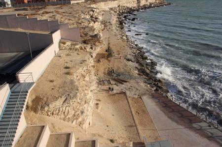 Что бурят под обрывом напротив 4 микрорайона Актау?