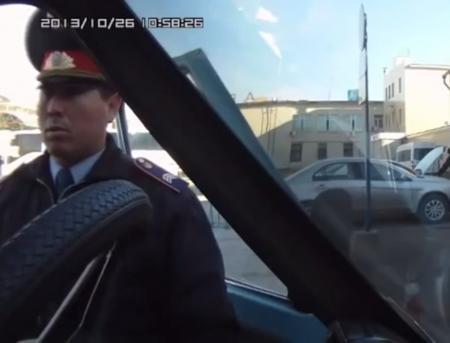 Дорожный полицейский из Караганды стал героем Интернете