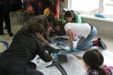 Учащихся детской школы искусств Актау научили рисовать на асфальте в 3D