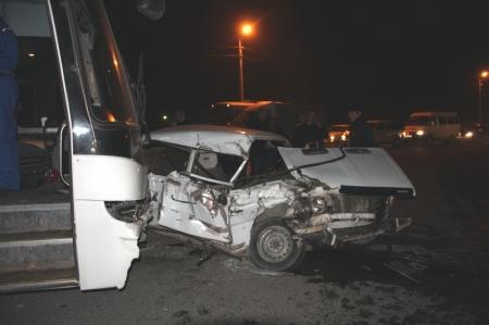 В результате автомобильной аварии в Актау пятеро человек в тяжелом состоянии доставлены в больницу