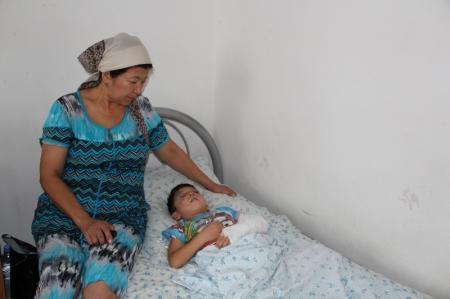 Двухлетний ребенок, пострадавший в аварии на трассе Мангышлак - Актау, вышел из комы