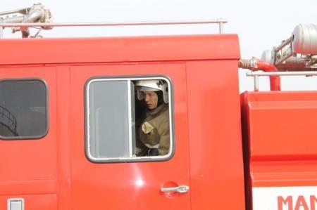 В Актау пожарные и участковый спасали ребенка из запертой квартиры