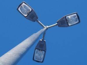 На автотрассе Аэропорт-Актау водитель въехал в столб освещения, травмирован пассажир