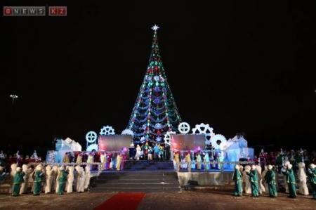 Огни на главной новогодней елке Казахстана зажгли в Астане