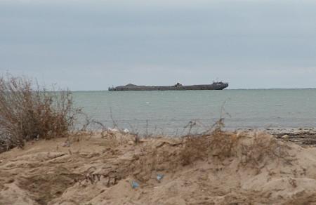 В Актау в районе «Теплого пляжа» на мель села баржа