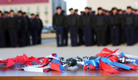 В Актау полицейским вручили ключи от новых квартир и автомашин