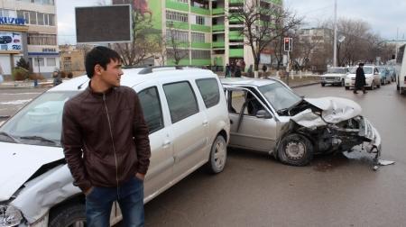 На перекрестке между 11, 12 и 27 микрорайонами Актау столкнулись четыре автомобиля