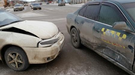 В Актау из-за скользкой дороги столкнулись два автомобиля