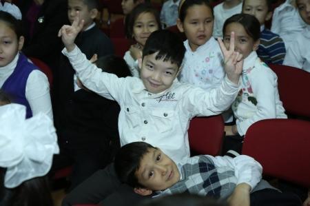 В актауской средней школе №20 имени М.Ауезова прошел конкурс патриотических песен