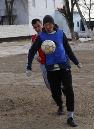 В Актау заключенные колонии-поселения выясняли отношения на футбольной площадке