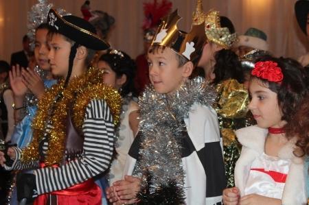 В Актау с Новым годом детей из малообеспеченных и многодетных семей поздравил Алик Айдарбаев