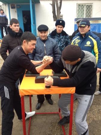 В колонии-поселении Актау прошел турнир по армрестлингу и гиревому спорту