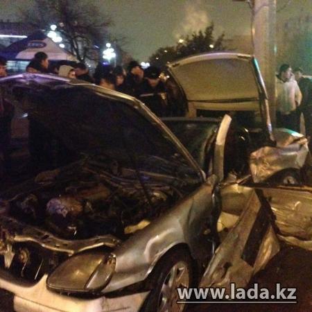 В Актау в дорожной аварии на перекрестке погибли два парня