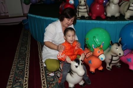 Сотрудники налогового департамента поздравили детей из Мангистауского психоневрологического дома-интерната