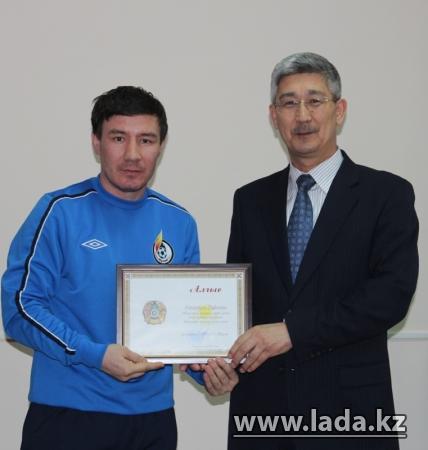 Футболисты вручили акиму Жанаозена мяч с автографами и пожеланиями