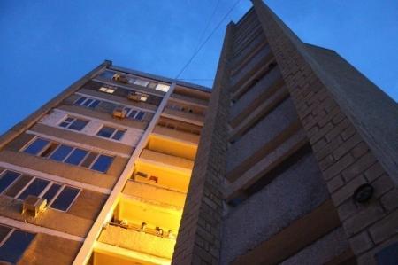 В Актау мужчина сбросился с высотного дома