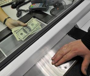 Валютная паника в России и в Украине взволновала казахстанцев