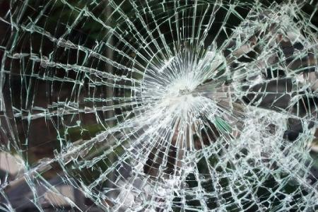 В Актау 21-летний парень выместил гнев на трех чужих автомашинах