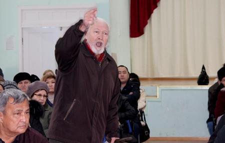 """Жители 11 микрорайона Актау требуют снизить зарплату руководству ПКСК  """"Светлана"""" (Добавлено видео)"""