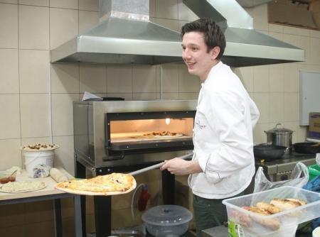 """Молодым поварам из Актау, участникам проекта """"Легко ли быть молодым"""", поступили первые заказы"""
