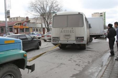 В Актау столкнулись автомобиль Foton и пассажирский автобус
