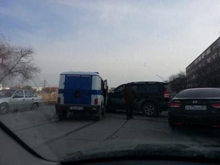 В Актау джип столкнулся с патрульной автомашиной