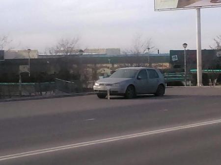 Брошенная машина на дороге уже третий месяц стоит