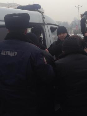Полиция блокировала шествие протестующих к акимату города, идут задержания