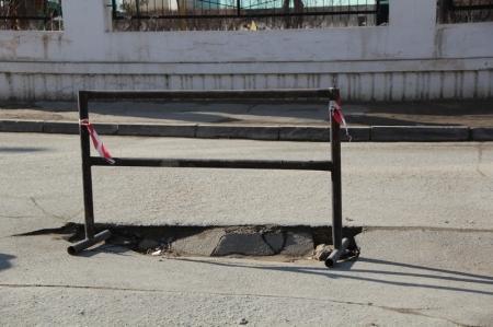 Жители 14 и 11 домов 28 микрорайона: С декабря власти не могут привести в порядок дорогу