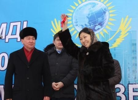 Аким Мангистауской области Алик Айдарбаев вручил ключи от новых квартир молодым семьям