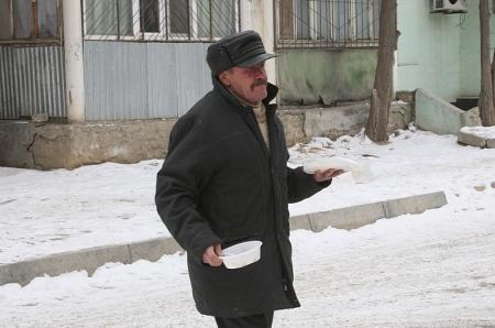 """В Актау волонтеры благотворительного фонда """"Изида"""" раздали теплые вещи и еду бездомным"""