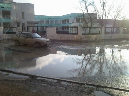 Жители 14 дома 28 микрорайона: В течение 4 лет власти не могут решить проблему грязи возле детского сада №57