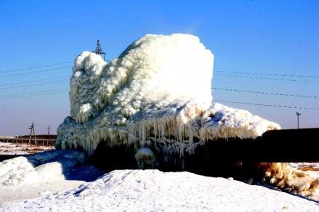 Порыв трубопровода рядом с автотрассой в Мангистау образовал ледяную гору