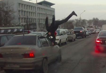 """В распоряжении редакции """"Лада"""" появилось видео, где автомобиль сбивает парня"""