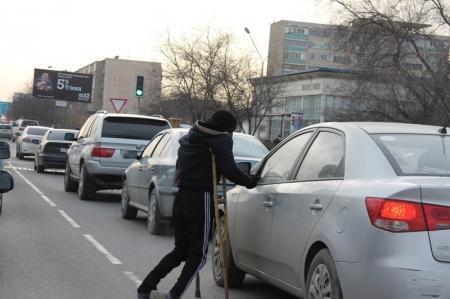 В Актау водители жалуются на попрошаек, которые передвигаются по проезжей части